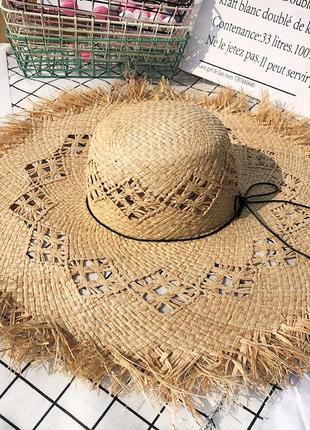 Пляжная соломенная шляпа  с широкими полями  и необработанными краями