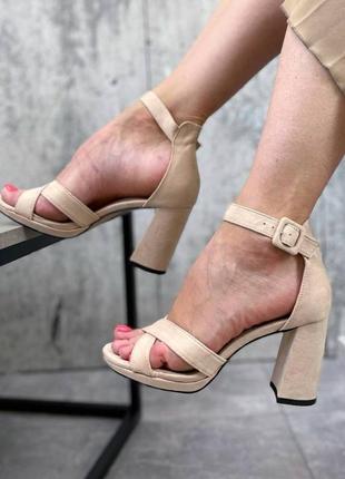Босоножки женские бежевые на каблуке