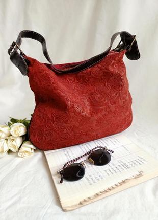 Невероятно стильная замшевая сумочка красного цвета с узором теснением по всему основанию. италия!