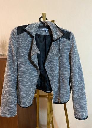 Серая текстильная курточка косуха