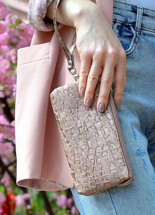 Кошелёк-клатч из натуральной кожи с тиснением в виде капли воды, розового, бордового и коричневого цвета.