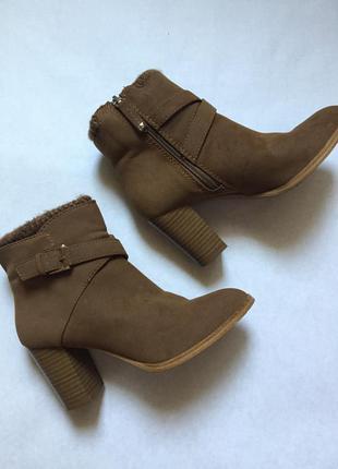 Удобные демисезонные ботильоны/ботинки на среднем каблуке фирмы stradivarius