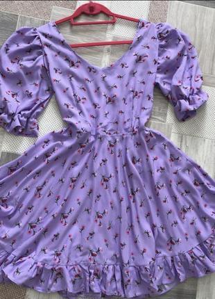 Сиреневое цветочное платье с пышными рукавами