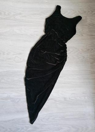 Чёрное бархатное платье с вырезом на ноге и переплетами на спине