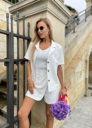 Костюм женский шорты-юбка и пиджак с плечиками и с короткими рукавами молочный