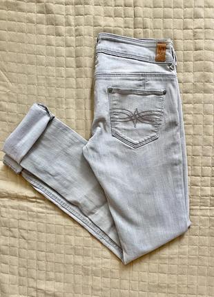 Светлые серые джинсы
