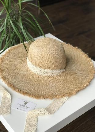 Соломенная шляпа с лентами завязками