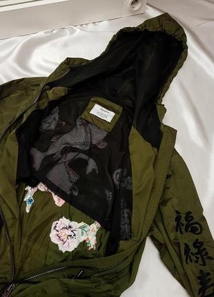 Тренч - плащ цвета хаки с вышивкой bershka4 фото