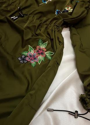 Тренч - плащ цвета хаки с вышивкой bershka7 фото