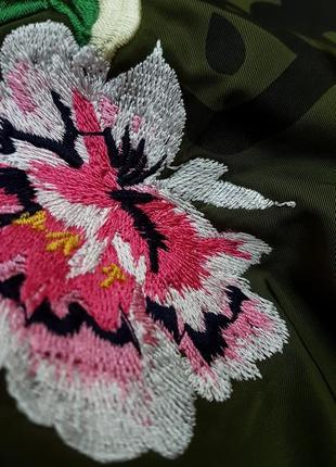 Тренч - плащ цвета хаки с вышивкой bershka6 фото