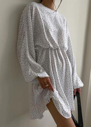 Белое платье в мелкий горошек