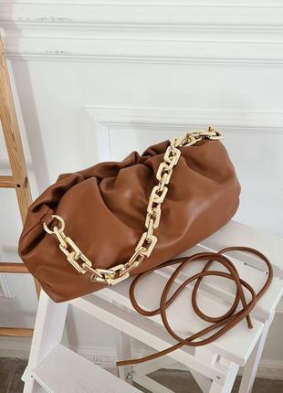 Коричневая сумка облако на золотистой цепочке