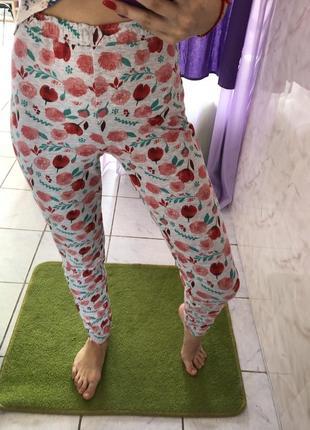 Трикотажные штаны на резинке в цветочки.