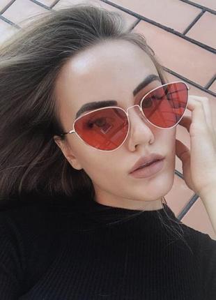 Яркие солнцезащитные очки лисичс красными линзами