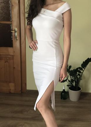 Белое приталенное платье с разрезом