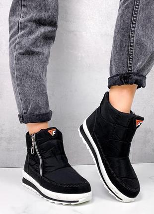 Ботинки дутики.