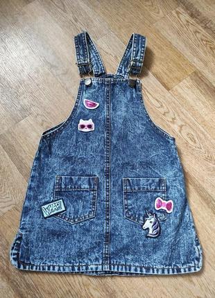 Джинсовый сарафан для модницы с регулирующими бретельками нашивками и карманами для девочки 4-5 лет