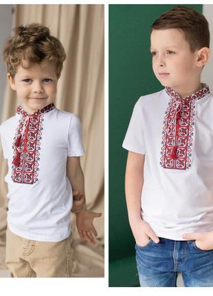 Футболка вишиванка для хлопчиків є різні кольори вишивки і розміри