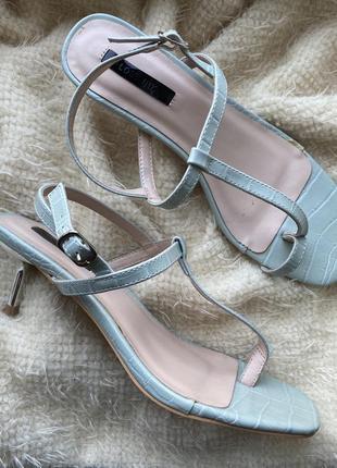 Ультрамодные босоножки на низком каблуке