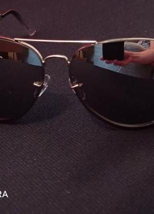 Модифицированные серебристые солнцезащитные очки-авиаторы steve madden. женский вариант.