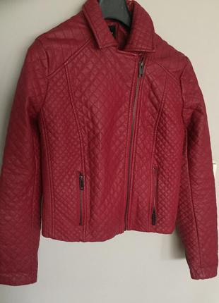 Красная стеганная курточка из кожзама