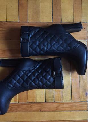 Ботинки чёрные на каблуке стёганные с ремешком  состояние новых