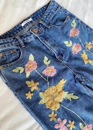 Синие джинсы тонкие с вышивкой цветами glamorous