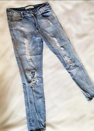 Светлые летние рваные джинсы zara с вышивкой сбоку