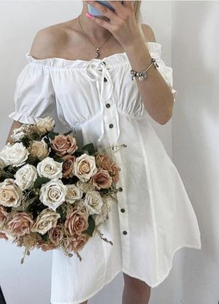 Платье мини на пуговицах с открытыми плечами белое голубое черное