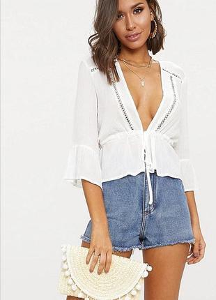 Белая блуза из вискозы с глубоким вырезом на талии prettylittlething