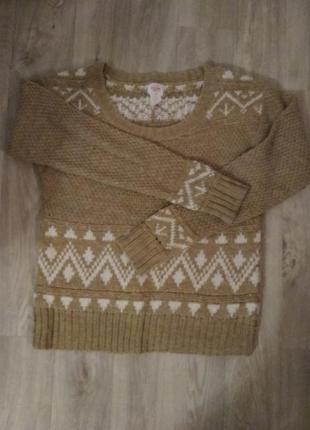 Бежевый тёплый свитер в орнамент