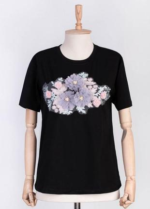 Стильная черная футболка с рисунком цветами