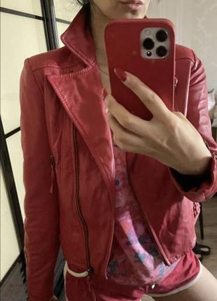 Красная кожаная куртка манго