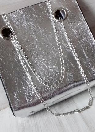 В наличии удобная сумка средних размеров. серебро
