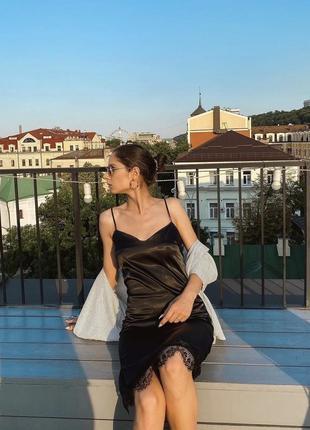 Атласное чёрное платье с кружевом