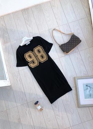 Платье-футболка с золотистым принтом сукня-футболка