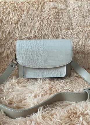 Красивая бежевая сумка