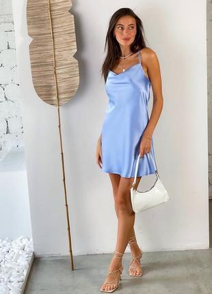 Короткое атласное платье в голубом и розовом цвете