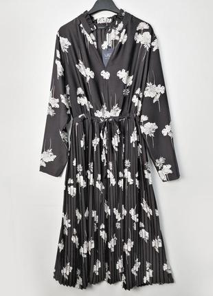 Изысканное черное атласное платье плиссе в цветы m&s