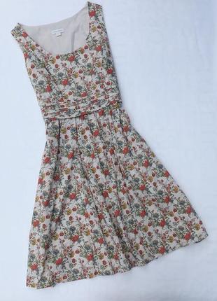 Платье в мелкий цветок с пышной юбкой