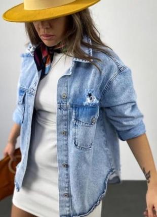 Джинсовая куртка - рубашка голубого цвета с потертостями, жакет, плотная рубашка