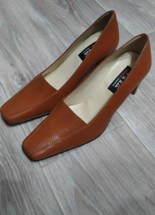 Туфли на устойчивом каблуке.португалия.