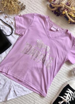 Сиреневая футболка со серебряной надписью