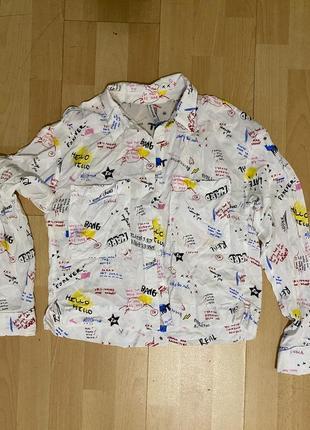 Белая рубашка с надписями stradivarius