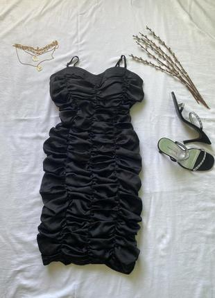 Чёрное платье по фигуре