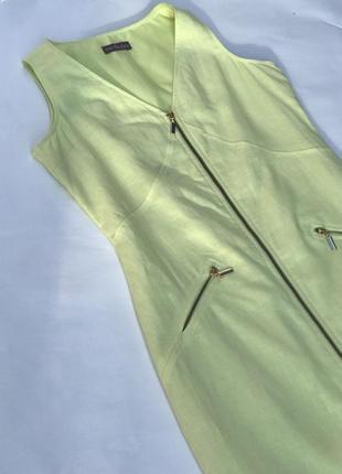Силуэтное льняное платье на змейке