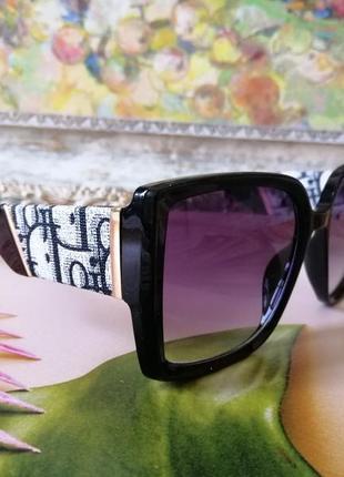 Крутые стильные чёрные брендовые солнцезащитные очки с текстурными дужками 2021