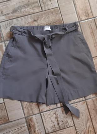 Стильные серые шорты