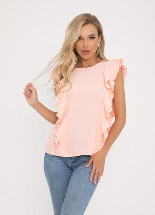 Персиковая блузка с рюшами и пуговицами на спинке