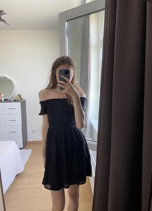 Черное платье с открытыми плечами h&m divided